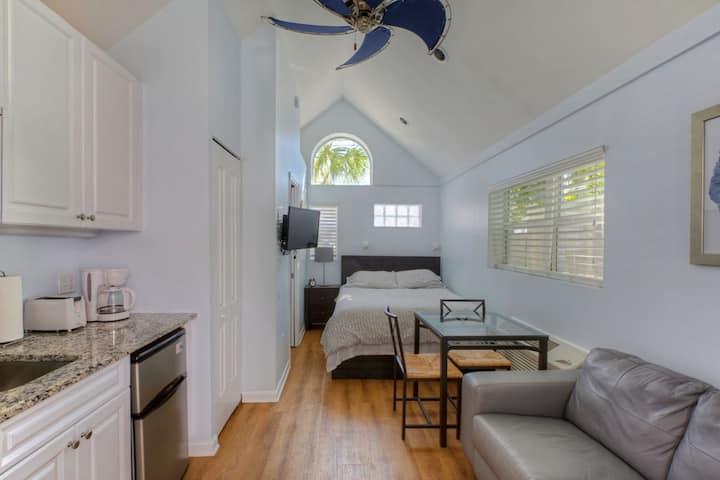 HI-5 - Private Tiny Cottage Studio