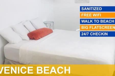 DELUXE QUEEN ROOM in the heart of Venice Beach.