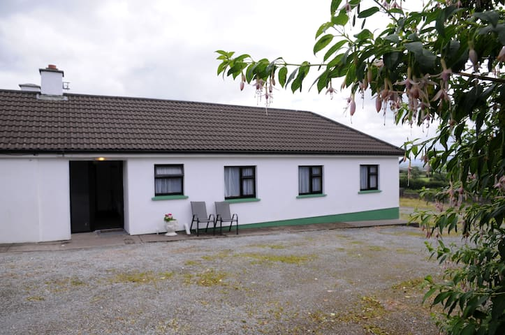 The happy white Bungalow in peaceful Knockavota - killarney - Casa