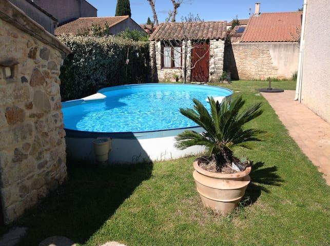 Villa confortable avec piscine dans village calme