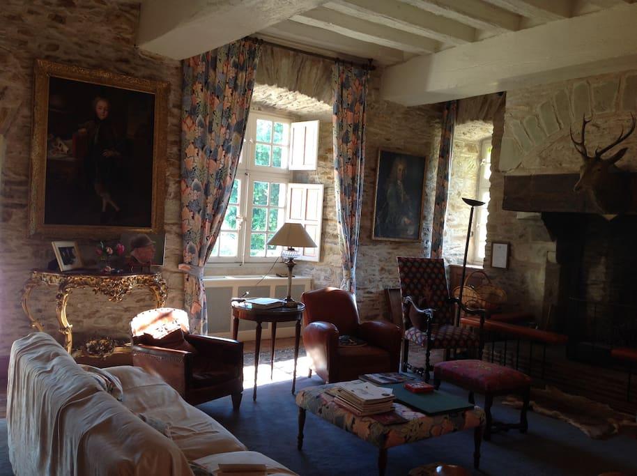 Salon confortable, avec très grand cheminée