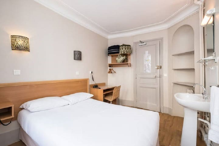 MONTMARTRE- room (double bed )shared bathroom