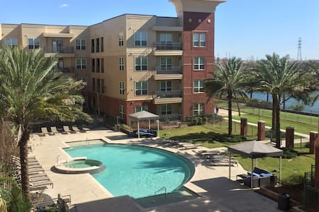 NICE LOFT WITH VIEW OF LAKE AND POOL/ SUPERBOWL - Houston