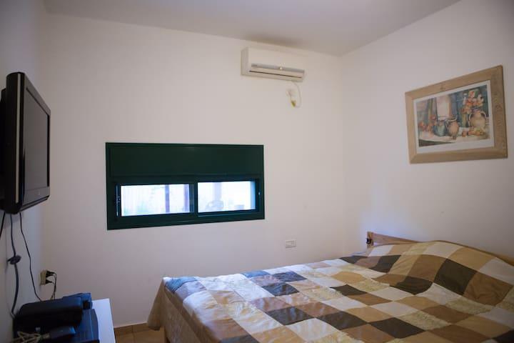 החדר יכול להיות מסודר עם שתי מיטות נפדרות יש לציין בהזמנה                     2nd bedroom