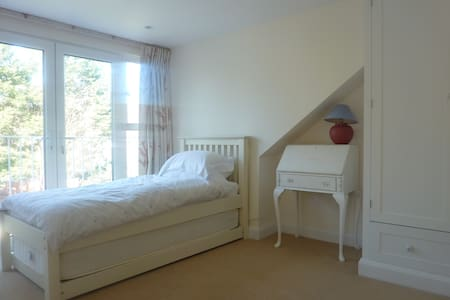 Light single or twin bedroom near Southfields tube - Londres