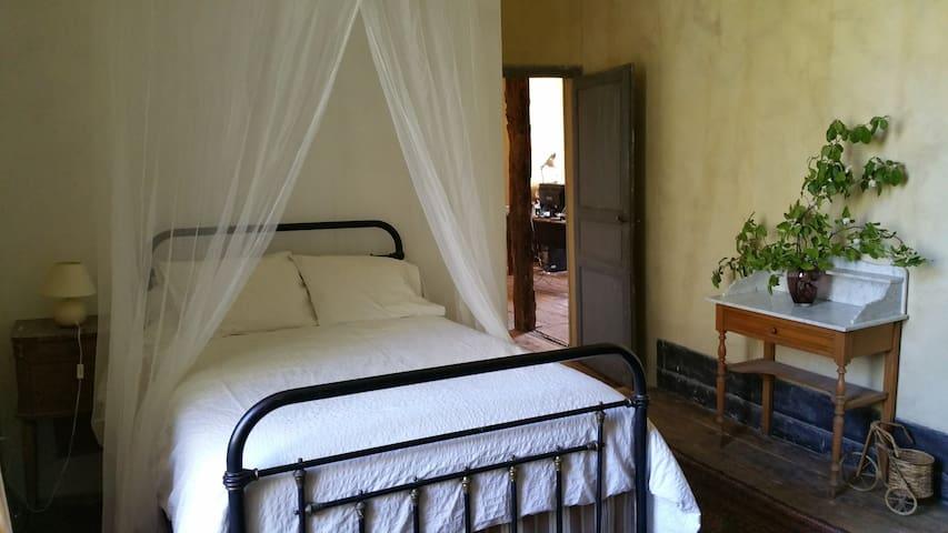 Magnifique chambre en belle demeure - Vic-Fezensac - Penzion (B&B)