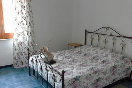 Тихий, уютный дом для 6-7 человек рядом с морем. - Castel Volturno - Hus