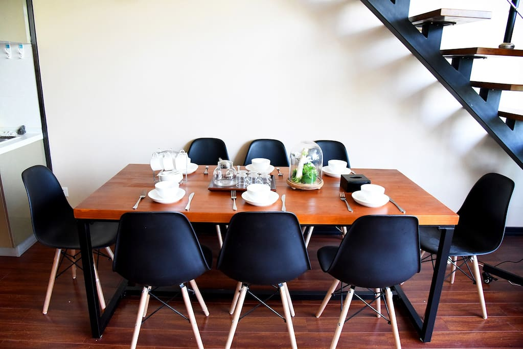 8人餐桌,有电磁炉可以做饭,免费提供炊具、餐具、调料。