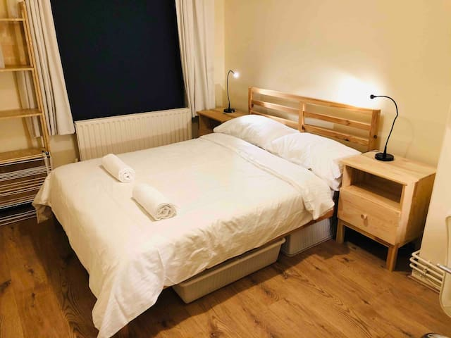 Cosy double bed private room in Zone 1