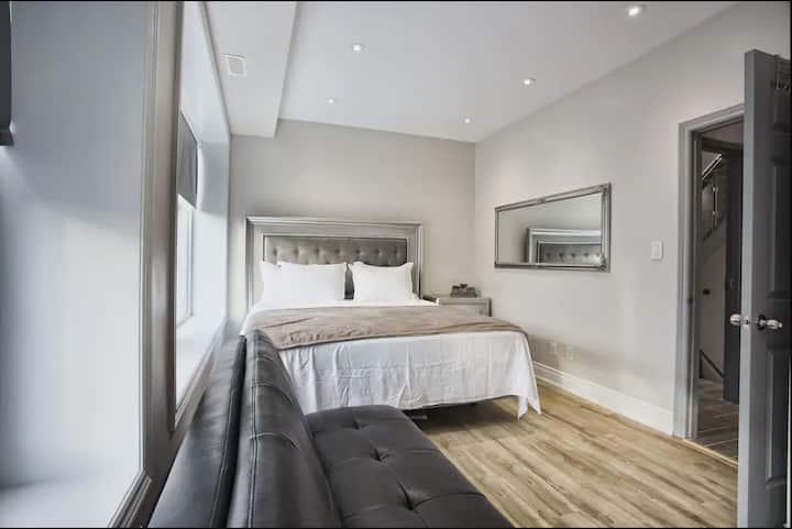 Toronto Rooms - 1 King 1 Bathroom 1 Futon