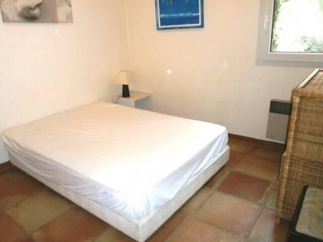 Villa: Chambre avec lit queen size. Vue montagne.