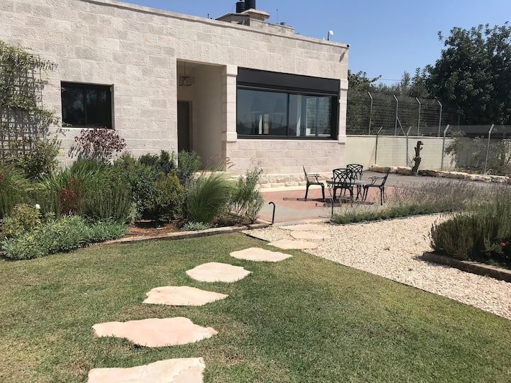 Lux. 2 Bedroom House & Garden in East Jerusalem-A