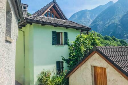 Tessiner Dorfhaus im Valle Maggia / Lavizzara