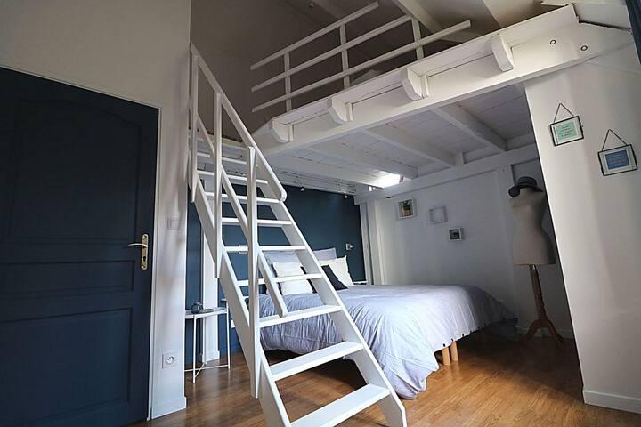 Chambre bleu lit 160*200 mezzanine avec 1 lit de 140*190