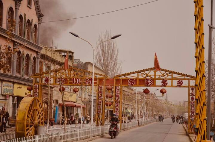 维族装饰风格三人间(无独卫,紧邻喀什新宾馆。离喀什老城区、东巴扎、香妃墓、艾提尕清真寺很近,可步行)
