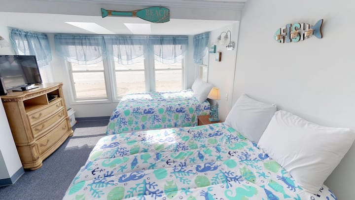 Ocean Front 3rd floor Motel Room #14 Sleeps 4
