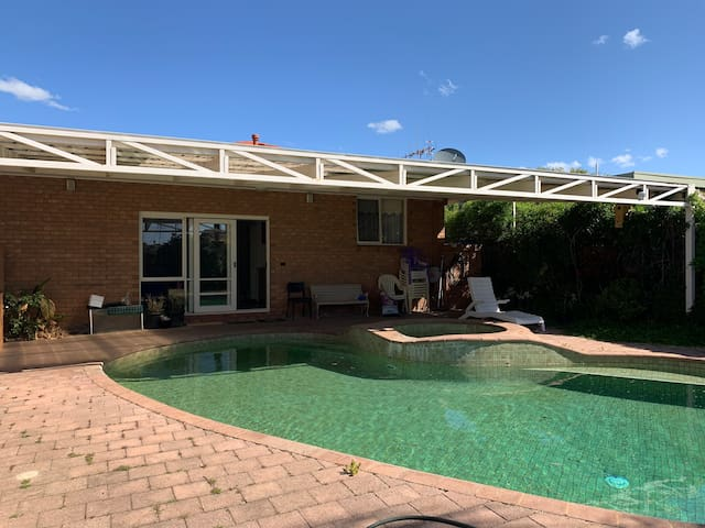 Holiday Getaway with Pool, Gym, BBQ and Fireplace