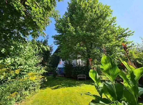 Schönes Haus mit großem Garten in ruhiger Lage.
