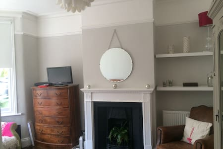 Single room in beautiful Victorian home - House
