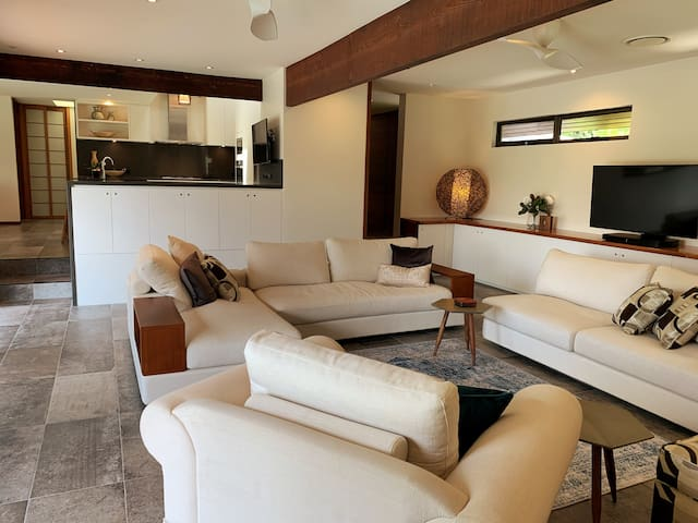 Like a private retreat - luxury 4 bedroom house