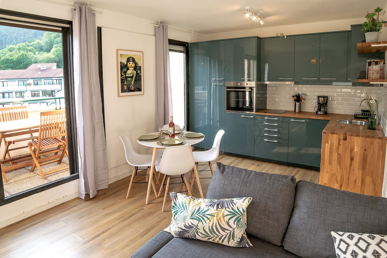 Salon cuisine avec accès terrasse