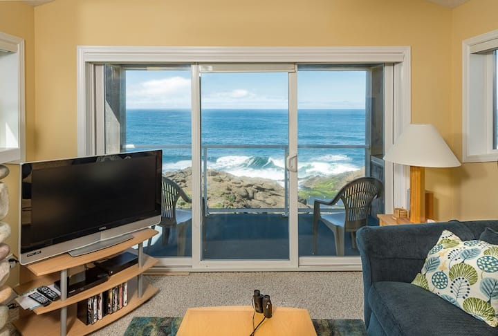 Whalers Loft - Top Flr Oceanfront for 2 & Whales!