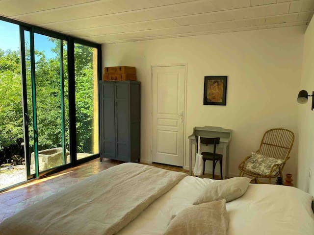 """La Chambre """"La Source"""" vous accueille pour vos week-ends en couple et de longs séjours en Gironde. Réveillez-vous face à la nature dans une des plus belles chambres d'hôtes de notre gîte Le Clos Labellie. Les petits-déjeuners sont inclus."""