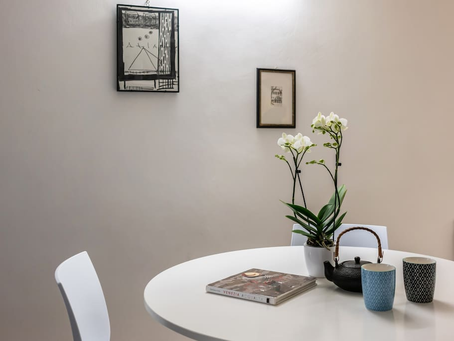 In the apartment you will see paintings of venetian artists