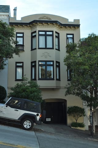 Modern Chic Accommodation in the Heart of SF