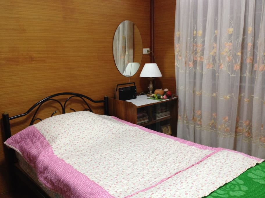 A view of the bedroom - non smoking area