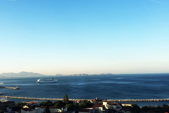 Face à la mer sur les hauteurs de l'Estaque !