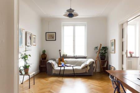 Cozy & sunny balcony apartment - Malmö - Appartement