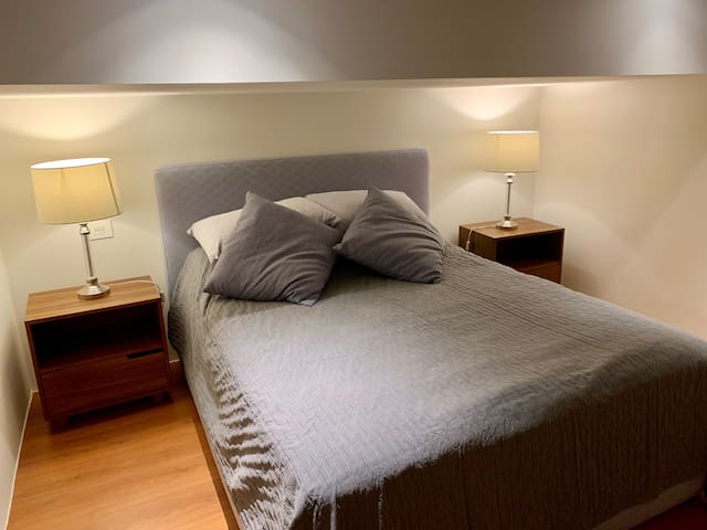 Small room / loft with queen bed