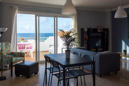 Apartamento con terraza en primera línea de playa.