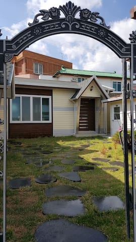 구룡포 바닷가 바로 앞에있는 아담한 단독주택형 미니펜션(숙소세부정보 미리보기 참조)입니다.