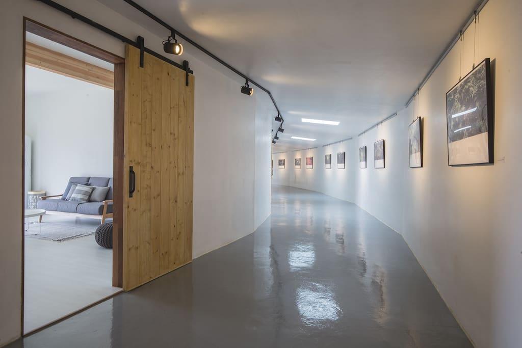 30미터의 복도식 갤러리에 3동(숙소2동, 키친1동)이 연결되어 있는 갤러리 하우스입니다.