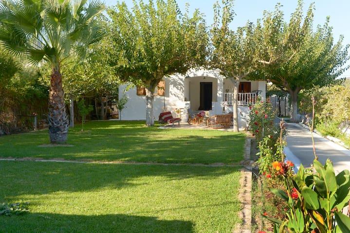 Flora's Garden House - close to Schinias beach