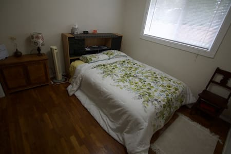 Basic clean & comfy private room and bath - Oak Harbor - Casa