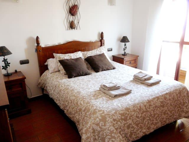 Dormitorio1. Cama matrimonio, colchón viscolástico, armario empotrado, escritorio, aire acondicionado, juego de cama completo, vistas al pueblo y al mar.