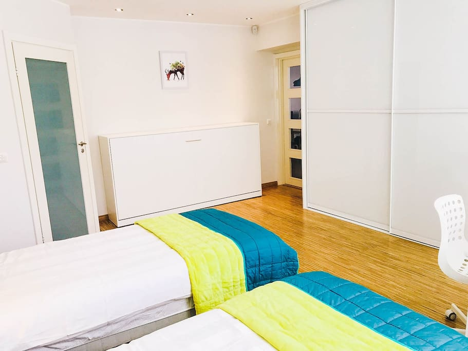 Reindeer bedroom:with private toilet&shower,and has one extra wall folding bed which is hidden in the closet. It is also 90X200 sized single bed with high quality mattress