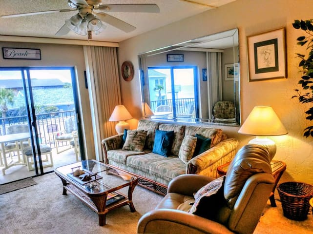 Comfortable condo with view of pool and ocean - 209
