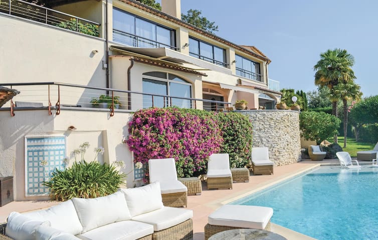 Holiday apartment with 4 bedrooms on 130 m² in Mandelieu