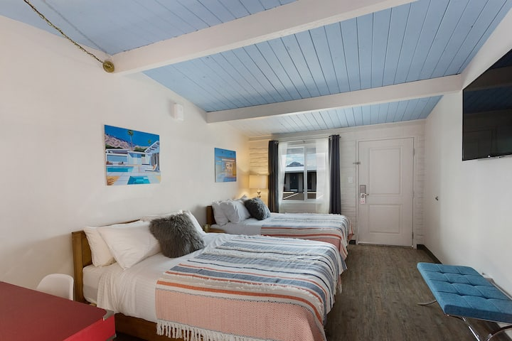 2 Queen Beds w Free Breakfast, Pool, Parking