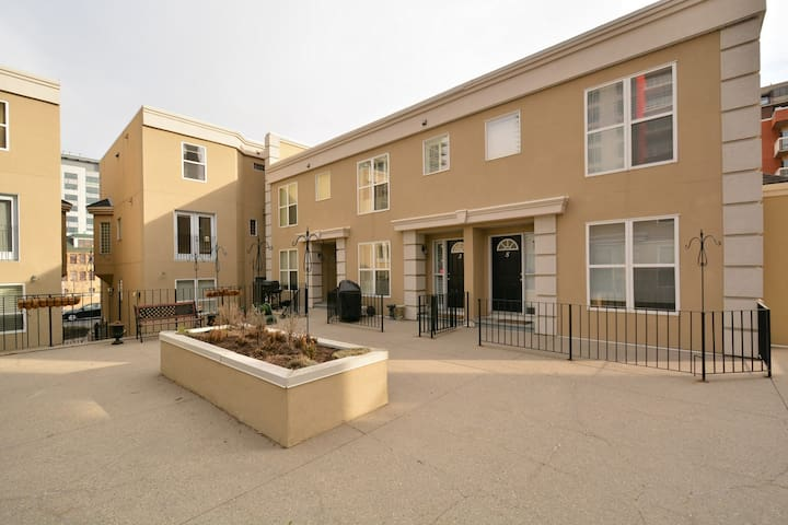 Bright 2-Storey Townhouse in Downtown