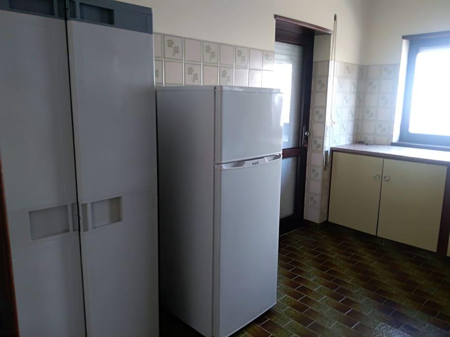 Nevera y alacena/ Fridge and storage/ Frigorifico e armario