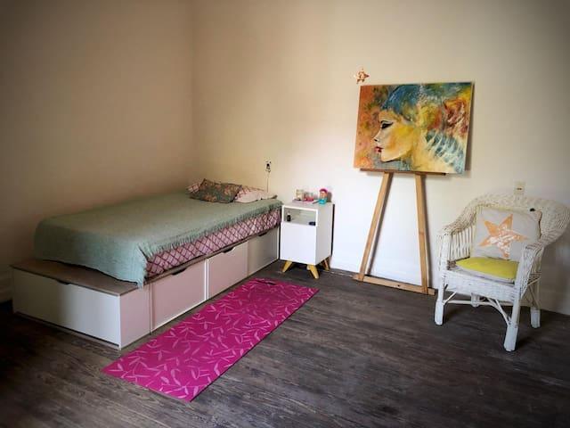 Amplia habitación de 5 x 5 mst, techo alto, vista al patio, piso de maderar, ventilador y estufa, cajones, mesa escritorio y perchero. Colchón Nuevo!