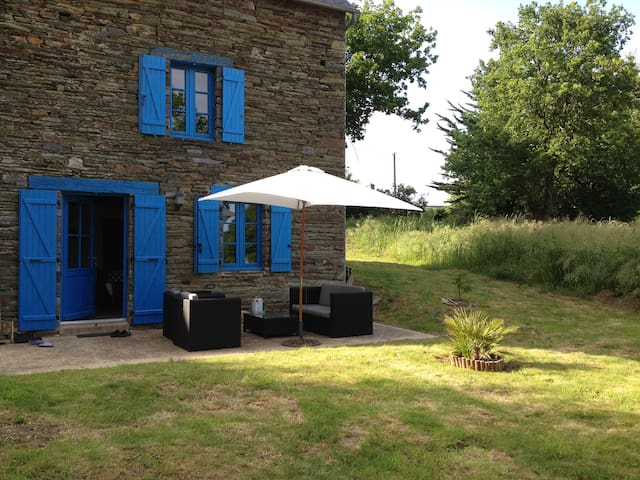 Maison typique bretonne en pierre - La Chapelle-Gaceline