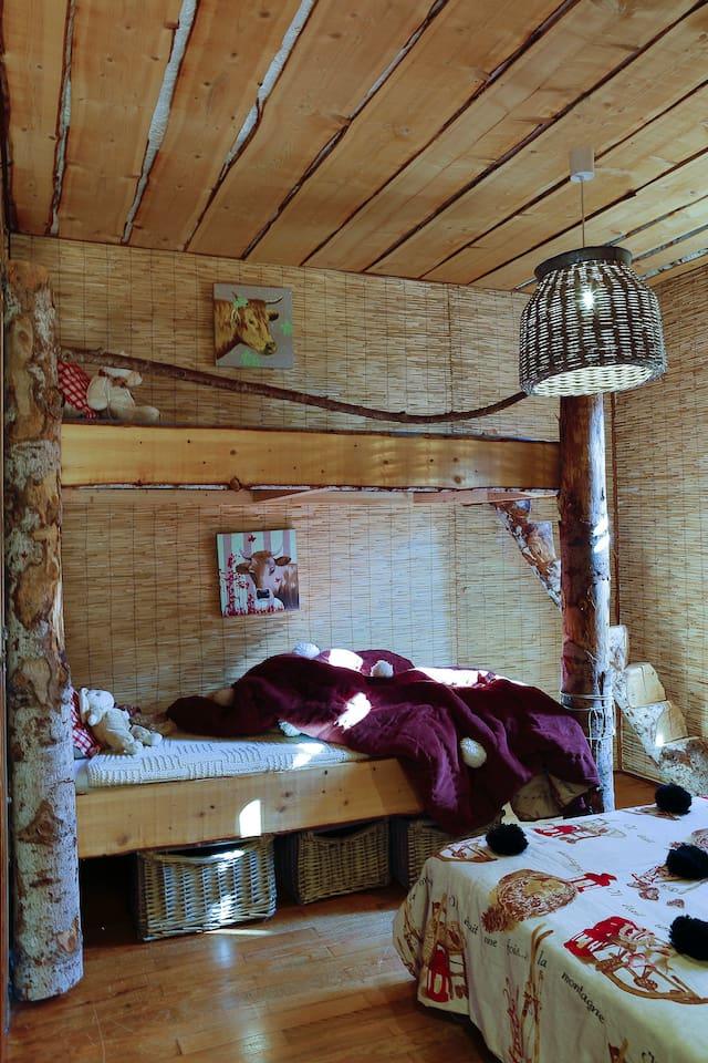 Chambre d'enfants avec lits superposés et lit en 140