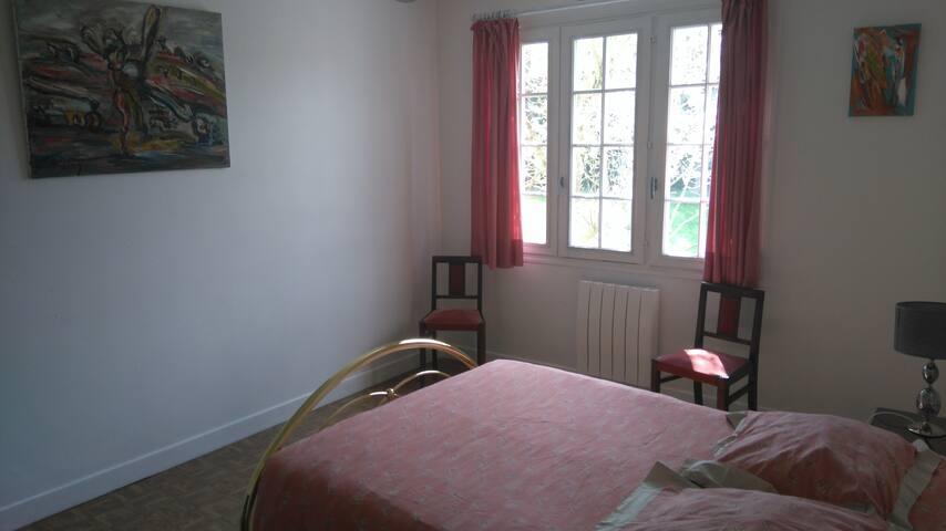 """Chambre 2 """" les Gouttes d'Or"""" rez-de-chaussée"""