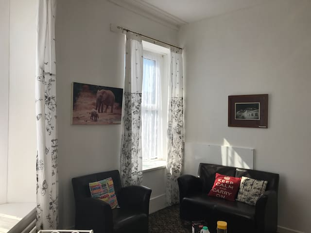 Great location to all amenities ! - Swansea - House